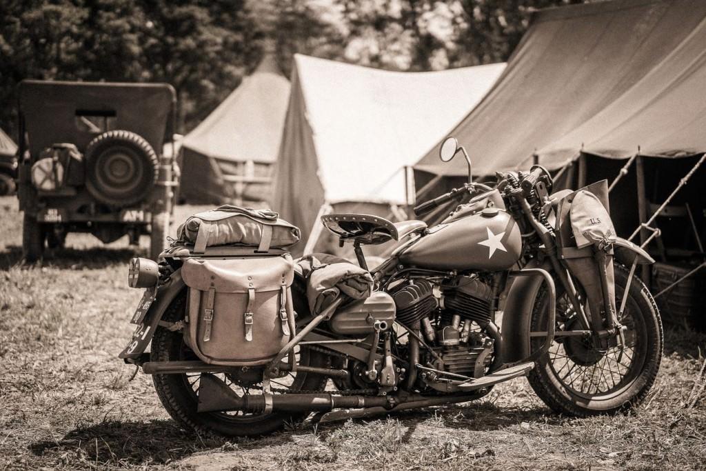 Reconstitution d'un camp américain de 1944 , exposition de véhicules lourds et légers
