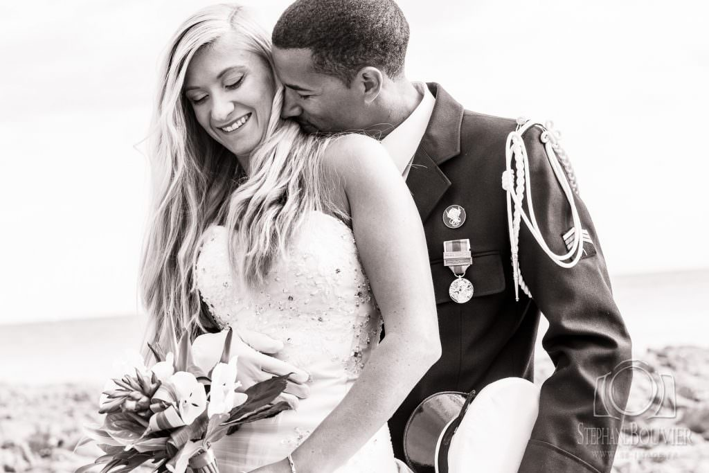 Mariage, photo de couple, noir et blanc, uniforme armée de l'air